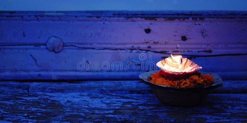 Pujabloemen en kaars van de Hindoeïsme godsdienstige ceremonie dichtbij rivier Ganga, Varanasi, Uttar Pradesh, India royalty-vrije stock foto's