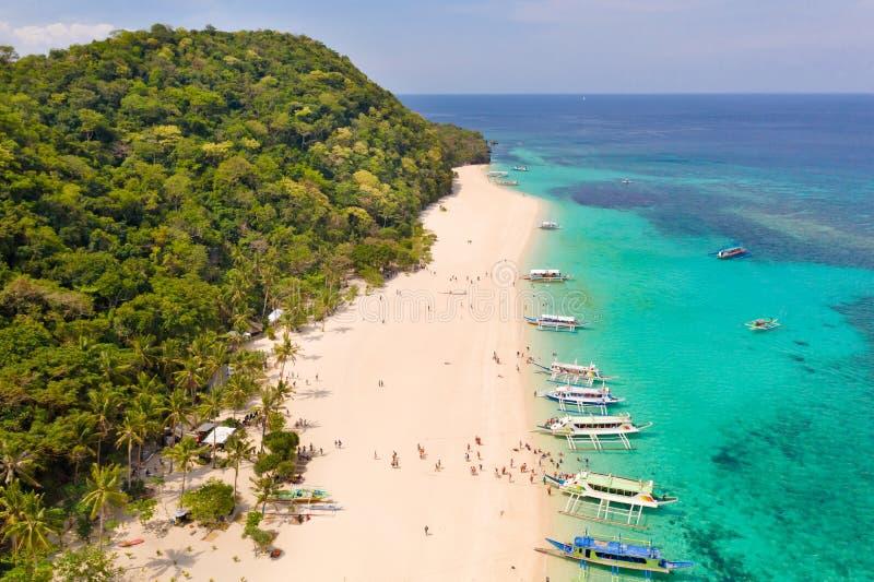 Puka Shell Beach Ampia spiaggia tropicale con la sabbia bianca Bella spiaggia bianca ed acqua azzurrata sull'isola di Boracay, Fi fotografia stock libera da diritti