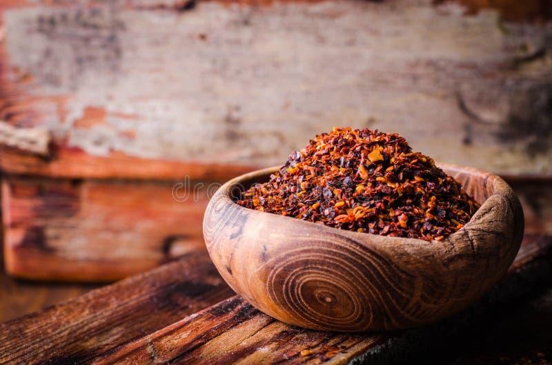 Pul biber - zerquetschter Pfeffer des roten Paprikas in der Weinleseschüssel auf hölzernem Hintergrund Selektiver Fokus Getontes  stockfotos
