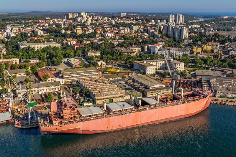 Pula πανόραμα με το παλαιό ναυπηγείο στοκ φωτογραφίες με δικαίωμα ελεύθερης χρήσης