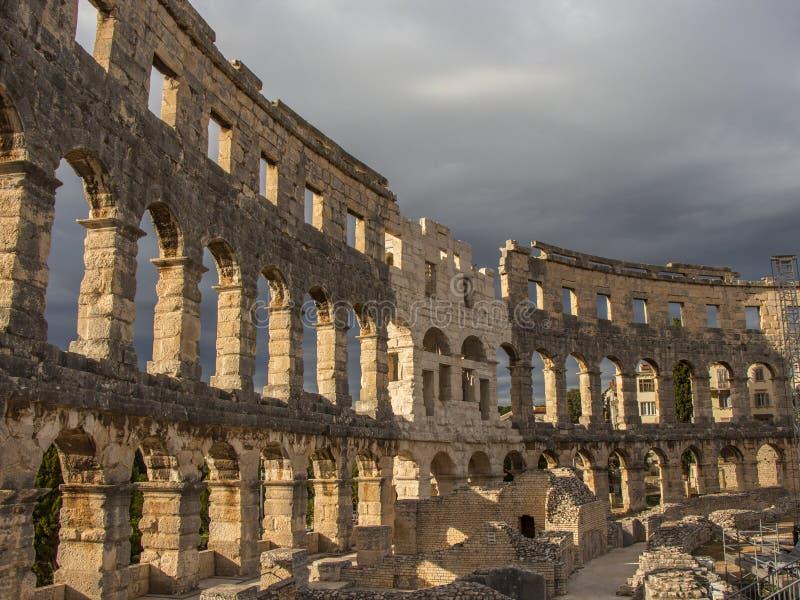 Pula χώρων Αρχιτεκτονικός, αρχαίος νεφελώδης ουρανός ανασ&kap στοκ φωτογραφία με δικαίωμα ελεύθερης χρήσης