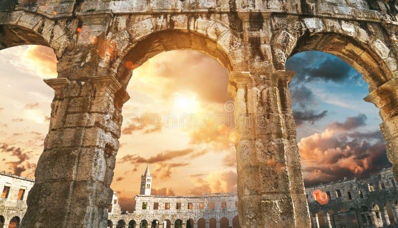 Pula amphitheatre wysklepia z zmierzchu nieba tłem obraz stock