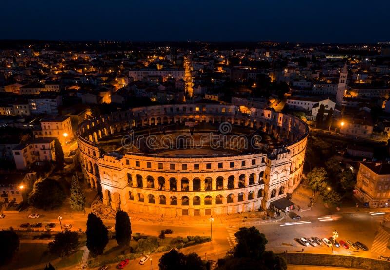 Pula Arena, de nacht luchtmening van Kroatië royalty-vrije stock afbeelding