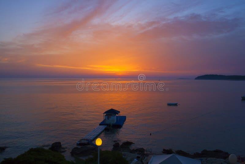 Pula Kroatien, August Colorful solnedgång royaltyfri fotografi