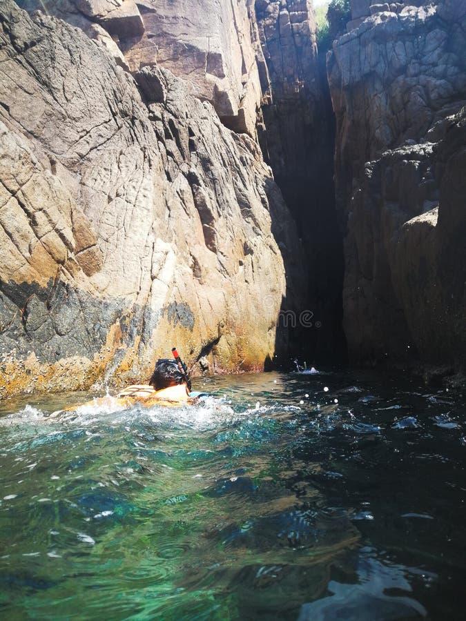 Pulau槟榔河的洞的潜航的游人在Redang海岛上的  库存照片
