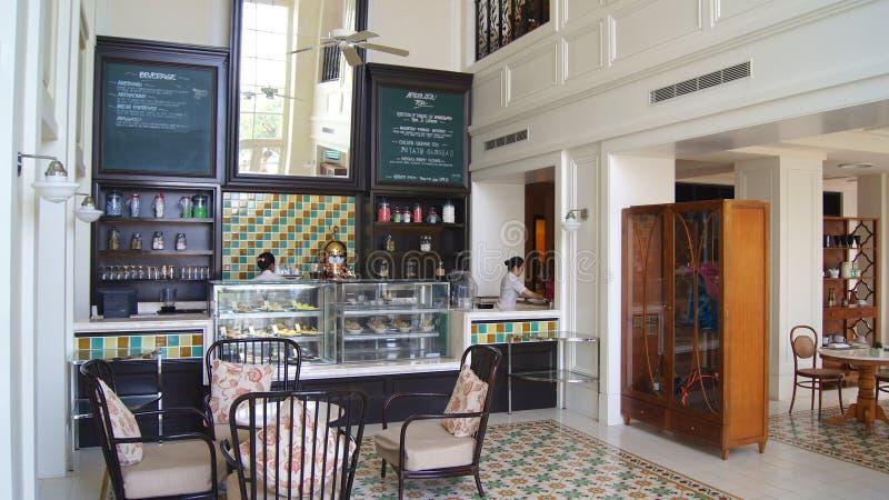 PULAU LANGKAWI, MALÁSIA - 4 de abril de 2015: Arquitetura do restaurante colonial britânico histórico em um hotel de luxo foto de stock