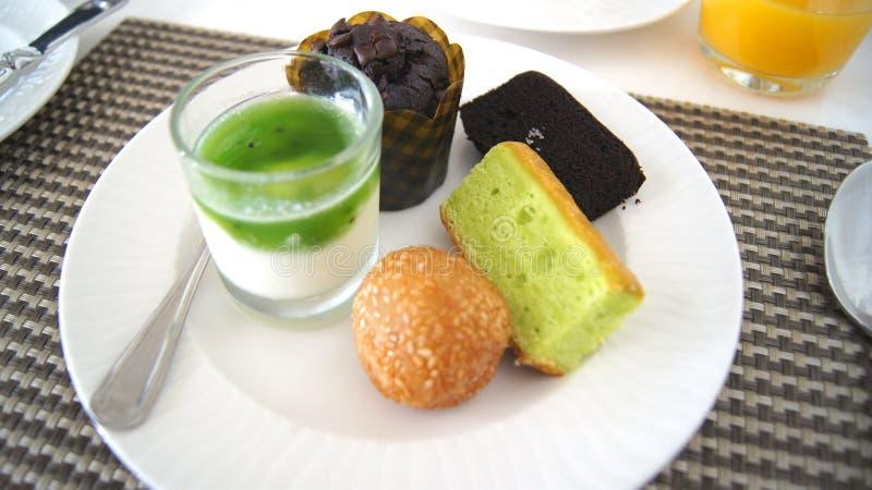 PULAU LANGKAWI, MALAISIE - 5 avril 2015 : La variété de maison malaisienne délicieuse et colorée a fait cuire les gâteaux ou le k photographie stock