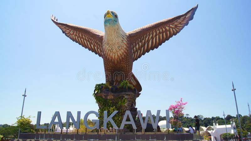 PULAU LANGKAWI, MALASIA - 7 de abril de 2015: El símbolo de la escultura de Eagle de la isla de Langkawi Situado en Eagle Square  fotos de archivo