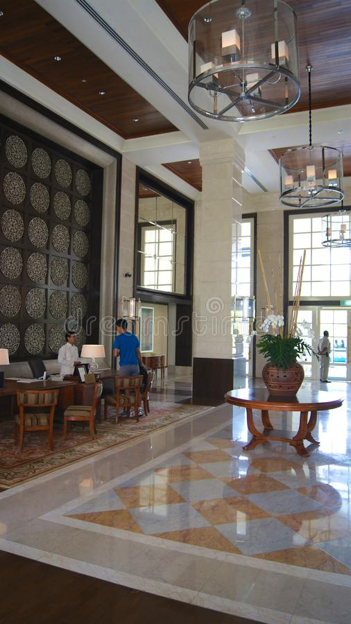 PULAU LANGKAWI, MALEISIË - 4 APRIL 2015: Binnen de hal van het DANNA-luxehotel op Langkawi-eiland stock fotografie