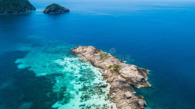 Pulau Tokong Kemudi和Pulau达拉Kecil鸟瞰图 接近Perhentian海岛,对潜航的美丽的水的小海岛 库存图片