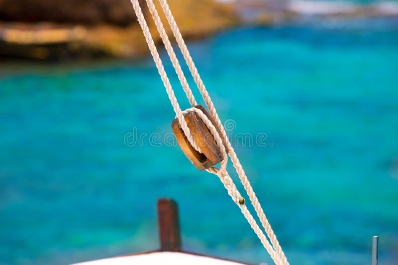 Puleggia classica della barca dalla barca a vela nel Mediterraneo immagini stock