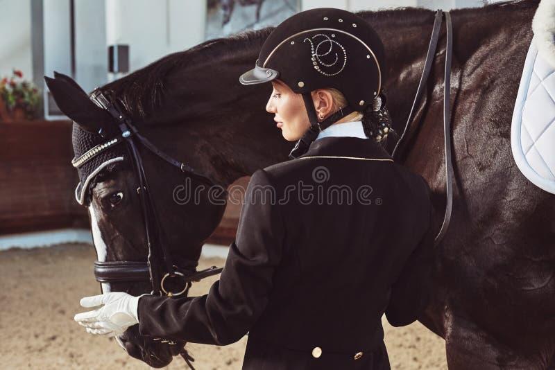 Puleggia tenditrice della donna con il suo cavallo immagine stock libera da diritti