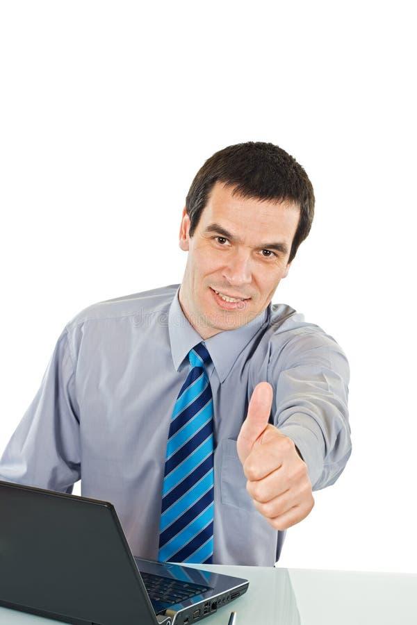 Pulgar de la demostración del hombre de negocios encima de la muestra imágenes de archivo libres de regalías