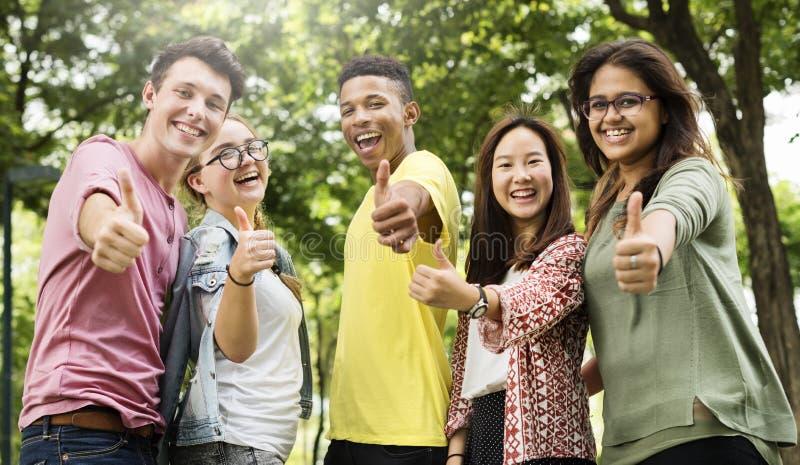 Pulgar diverso de la gente joven del grupo encima del concepto fotografía de archivo