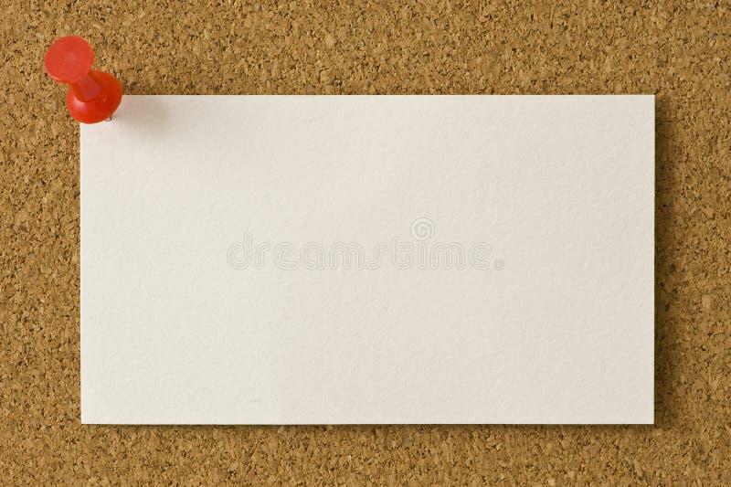 Pulgar en blanco de la tarjeta de visita clavado con tachuelas a Corkboard imagen de archivo libre de regalías