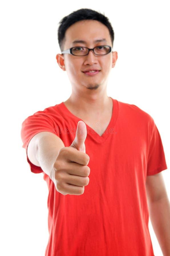 Pulgar encima del varón asiático suroriental joven apuesto fotos de archivo libres de regalías