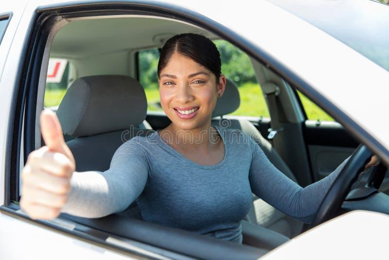 Pulgar femenino del conductor para arriba fotografía de archivo