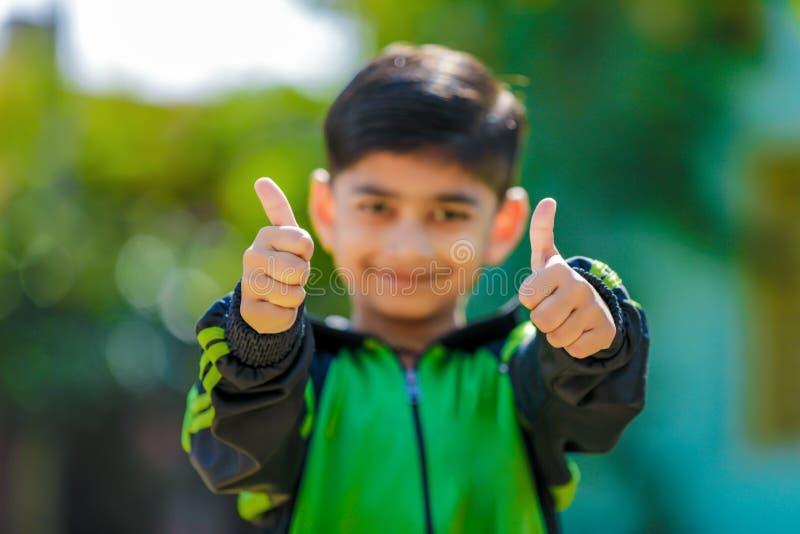 pulgar indio de la demostración del niño para arriba foto de archivo libre de regalías