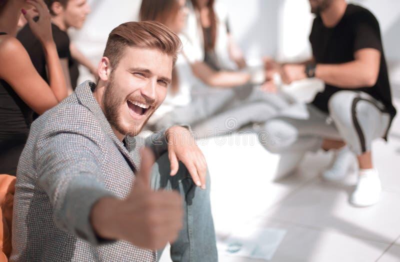 Pulgar sonriente de la demostración del empresario para arriba imagen de archivo