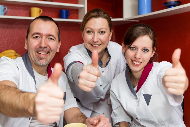 Pulgares de elevación de la enfermera para arriba imágenes de archivo libres de regalías