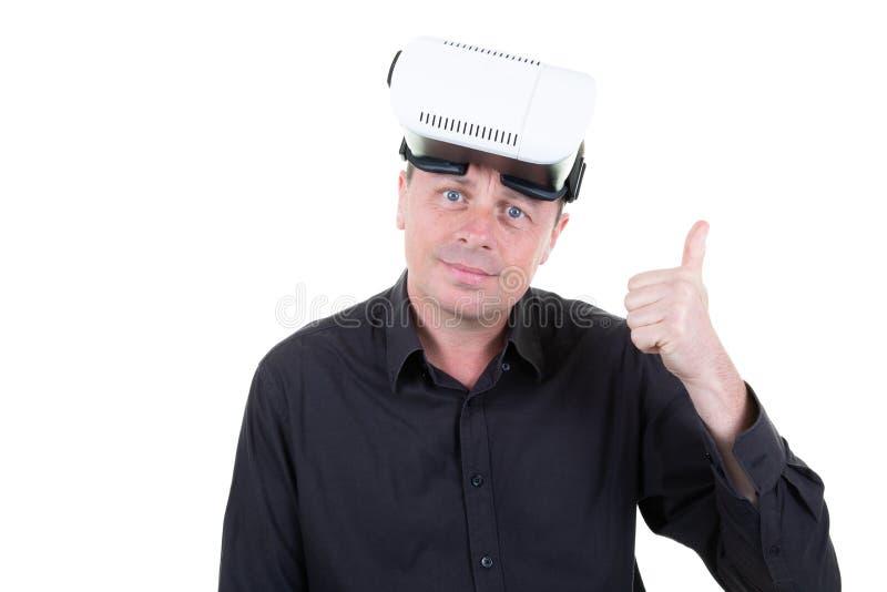 Pulgares encima del hombre después de jugar en gafas de la realidad virtual foto de archivo