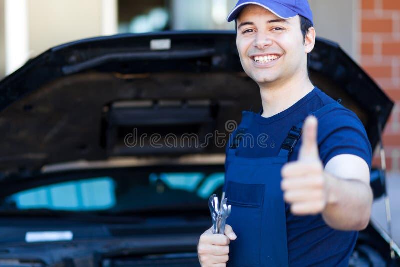 Pulgares sonrientes del mecánico para arriba imágenes de archivo libres de regalías