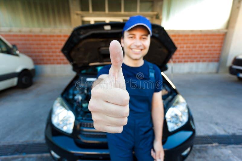 Pulgares sonrientes del mecánico para arriba fotografía de archivo libre de regalías