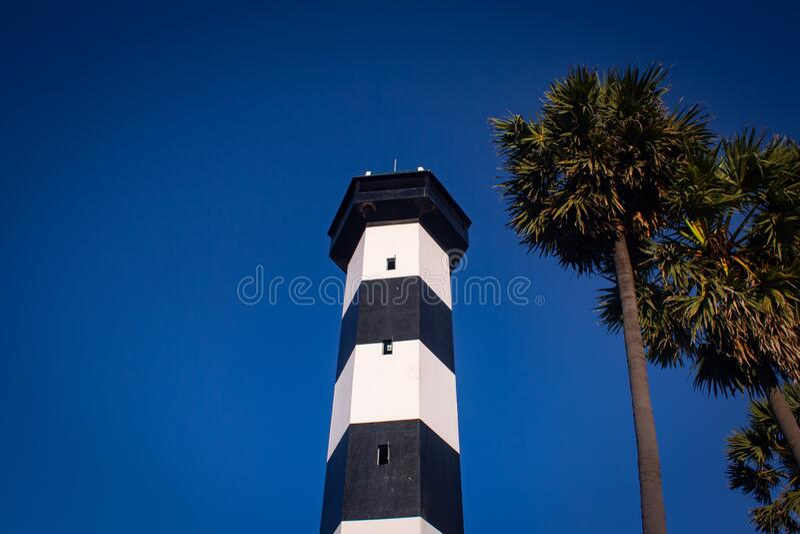 Pulicat又称Pazhaverkadu,印度泰米尔纳德邦,Pulicat Lighthouse,旁边有棕榈树 普利卡特是 库存图片