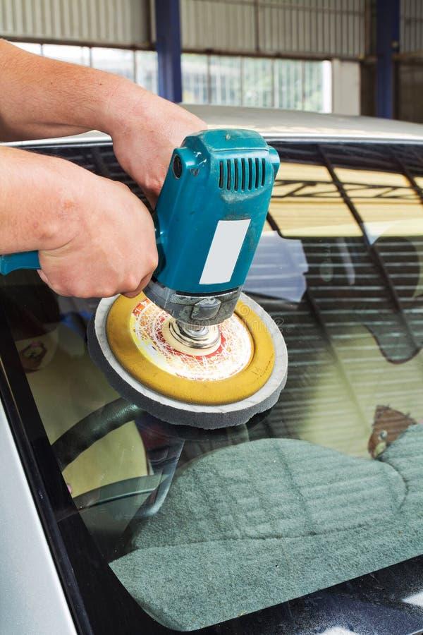 Pulido de cristal del coche con la máquina del almacenador intermediario de la potencia fotografía de archivo