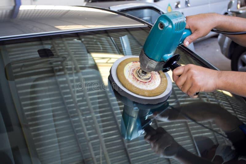 Pulido de cristal del coche con la máquina del almacenador intermediario de la potencia imagenes de archivo