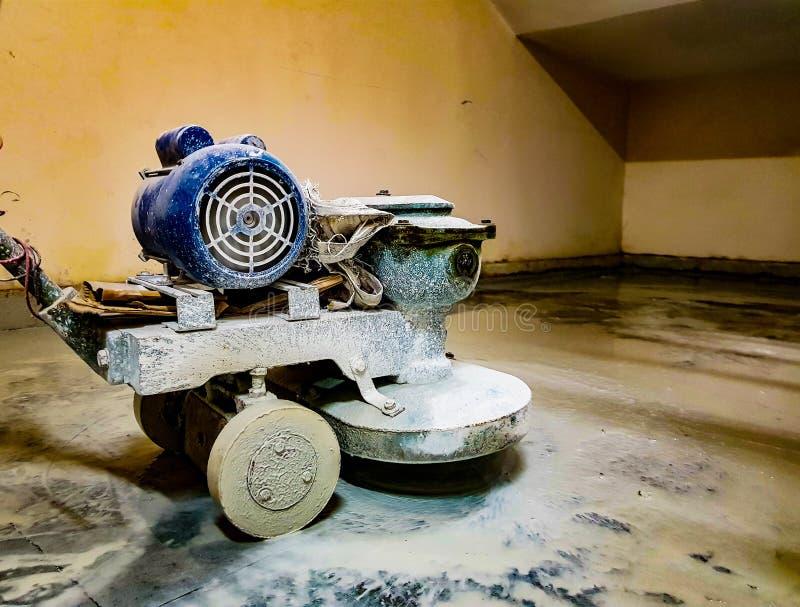 Pulidor de piso de mármol motorizado eléctrico funcionando pulir el piso del granito del marbel fotos de archivo