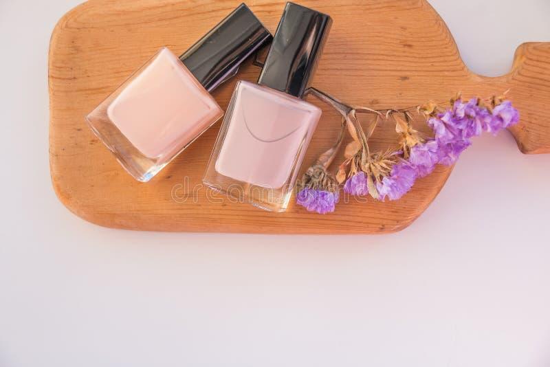 Pulimento de clavo Art Manicure Estilo desnudo moderno de los colores en colores pastel botellas del rosa en colores pastel Color fotos de archivo