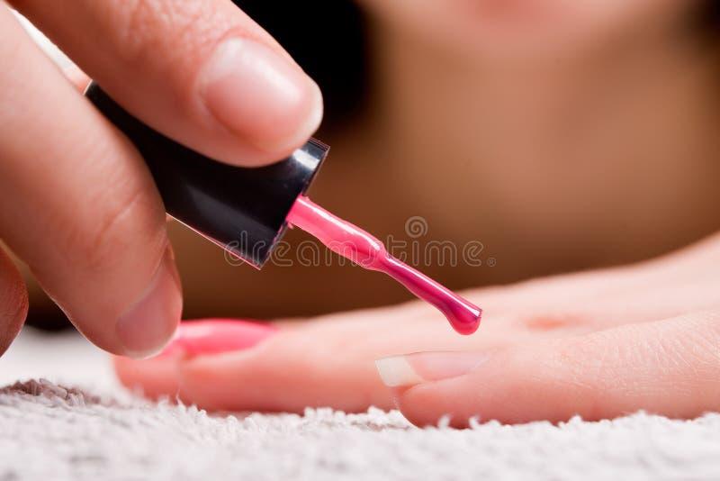 Esmalte de uñas rojo imagenes de archivo