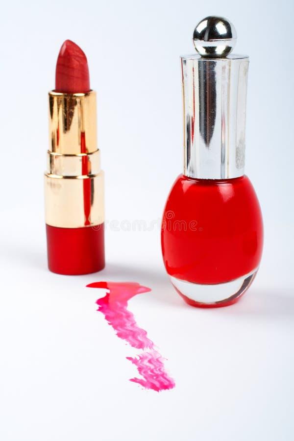 Pulimento y lápiz labial rojos de uña imagen de archivo libre de regalías