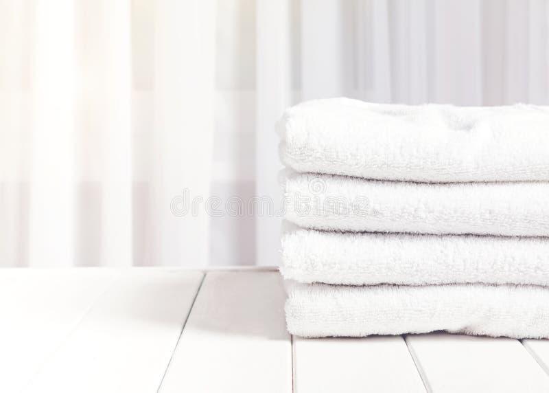 Pulisca gli asciugamani bianchi in pila immagine stock