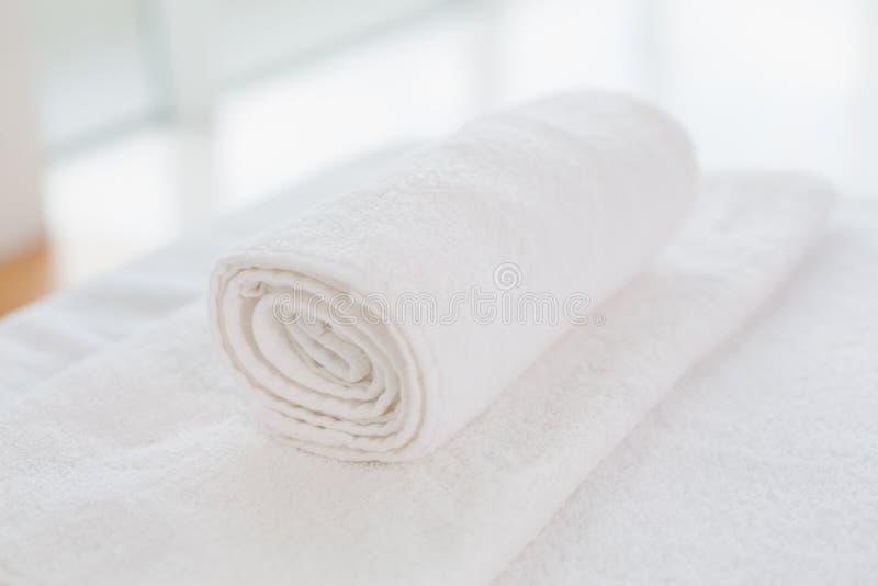 Pulisca gli asciugamani bianchi rotolati fotografie stock libere da diritti