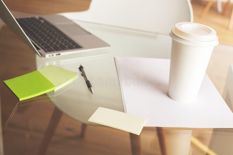 Pulisca il desktop con la tazza di caffè immagine stock libera da diritti