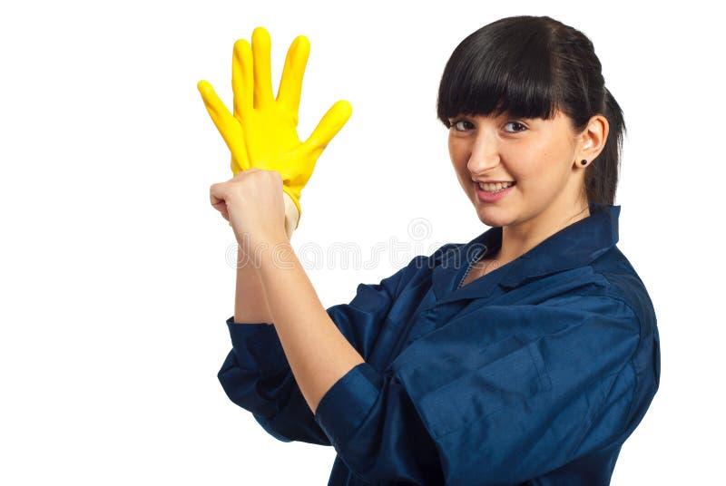 Pulisca il guanto mettente femminile del lattice dell'operaio immagine stock libera da diritti