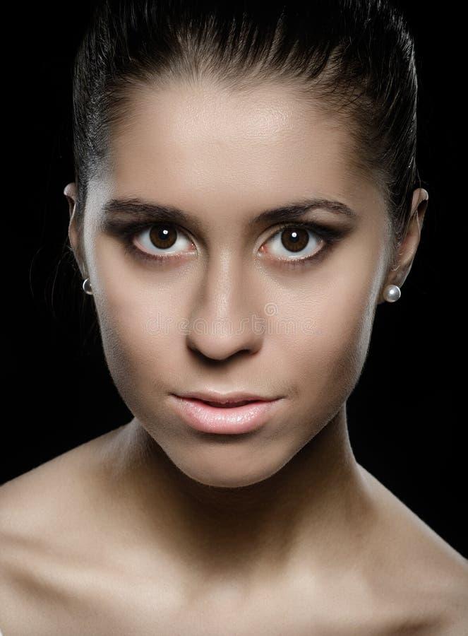 Pulisca il ritratto di bellezza della giovane donna attraente castana fotografie stock