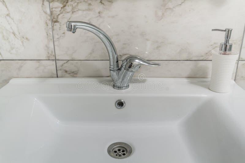 Pulisca il rubinetto moderno del cromo del bagno immagini stock