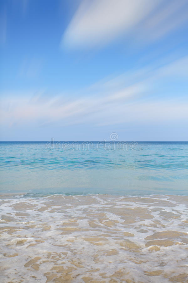 Pulisca l'acqua di mare ed il cielo blu piacevole fotografia stock libera da diritti