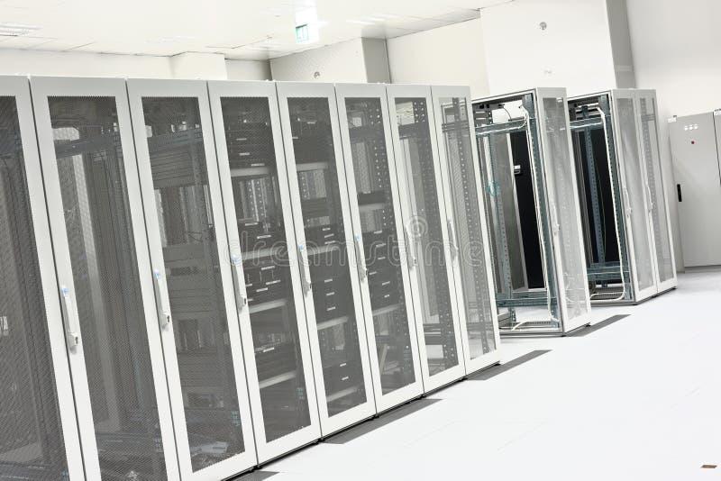 Pulisca l'interno industriale di una stanza del server fotografia stock libera da diritti