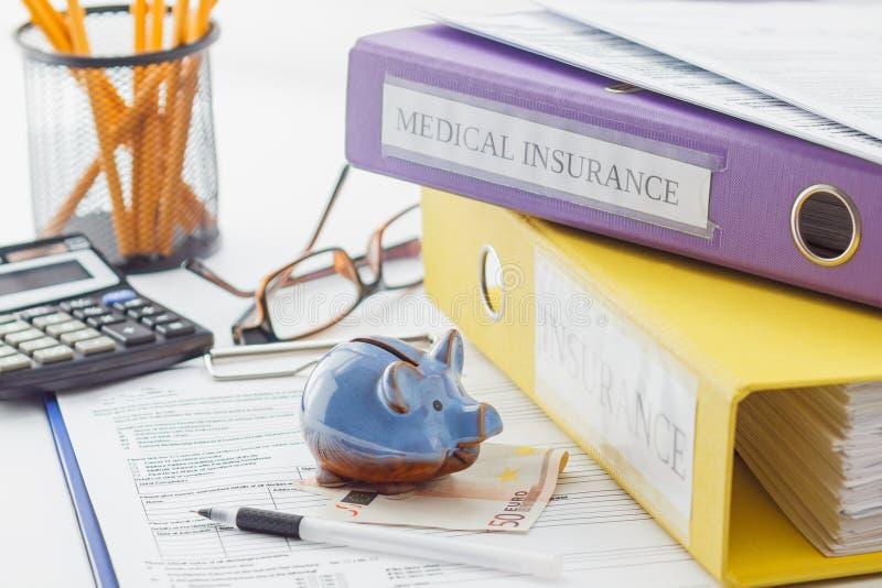 Pulisca la forma, le cartelle, la penna, il porcellino salvadanaio ed il calcolatore di assicurazione immagine stock libera da diritti