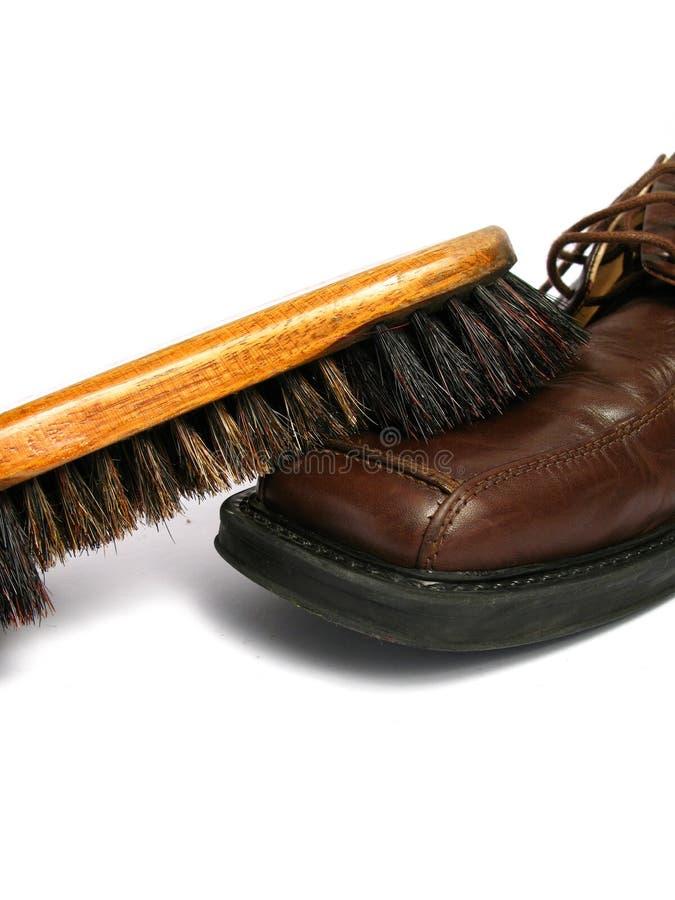 Pulisca la spazzola e la scarpa marrone degli uomini fotografia stock