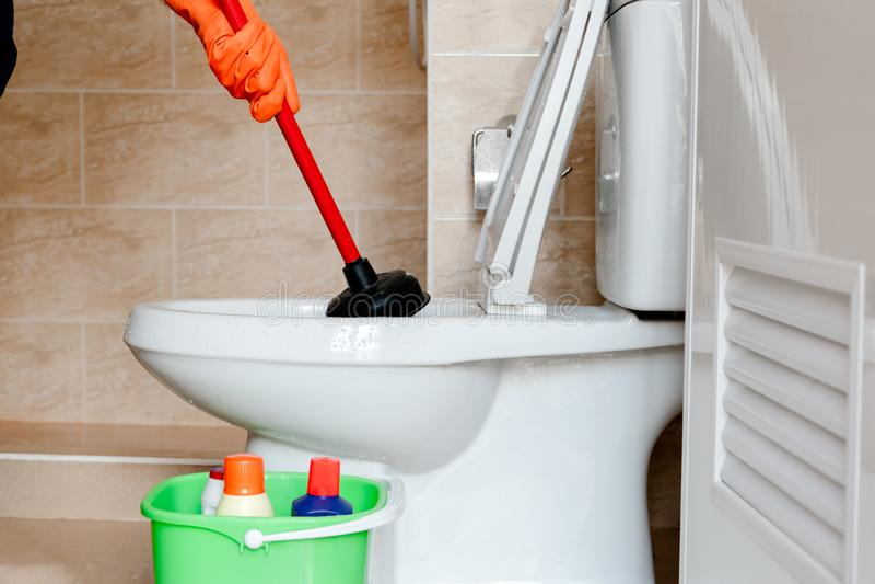 Pulisca la toilette immagini stock