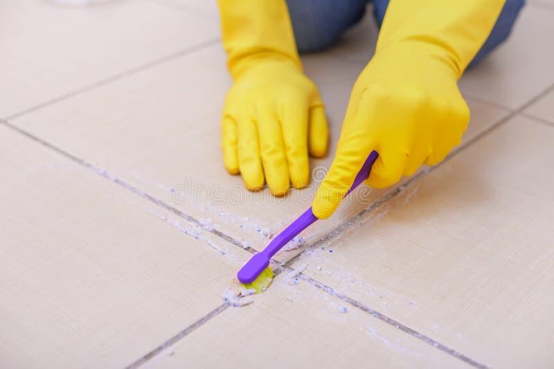 Pulisca le mattonelle sul pavimento immagine stock libera da diritti