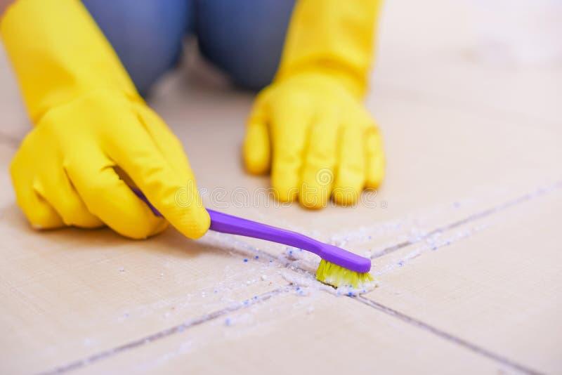 Pulisca le mattonelle sul pavimento fotografia stock