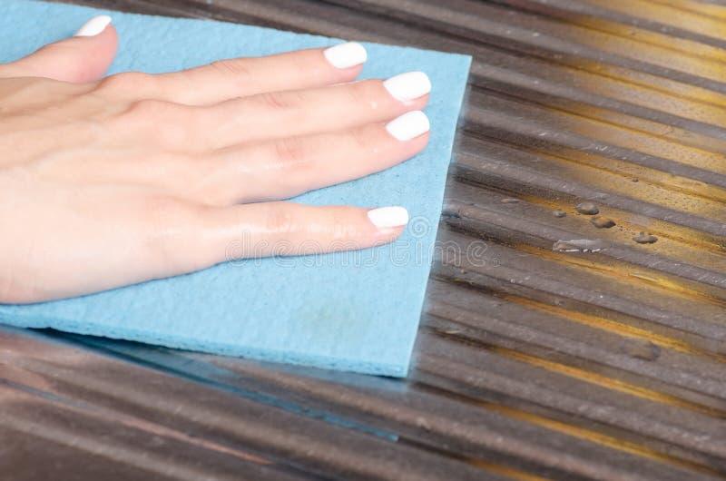 Pulisca lo straccio per domestico puliscono nelle mani fotografie stock