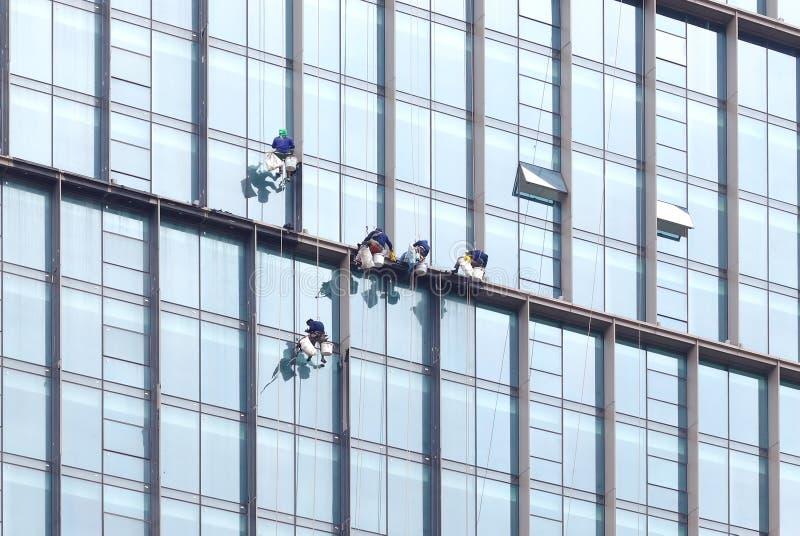 Pulitore di lavoro pericoloso di Skycraper Windows fotografia stock
