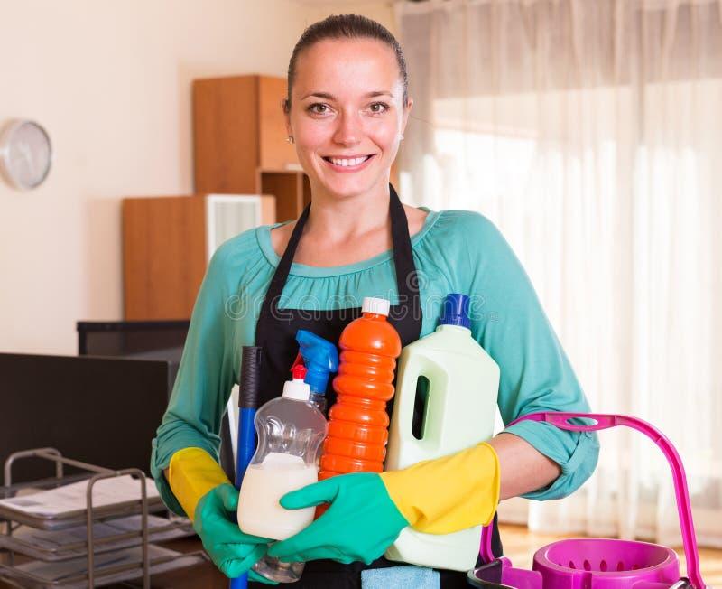 Pulitore professionale che pulisce la casa fotografie stock libere da diritti